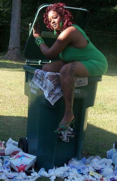vecina-sacando-la-basura